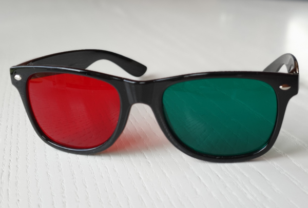 83136-rot-gruen-brille-plastik